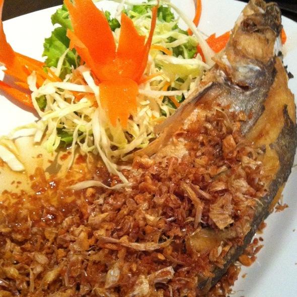 ปลาเนื้ออ่อนทอดกระเทียม @ Samsen Villa Ratchapruek