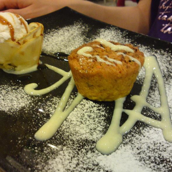 Carrot cake with vanilla ice cream - Tortino alla carota con gelato alla vaniglia @ Ristorante Pizzeria Altamarea