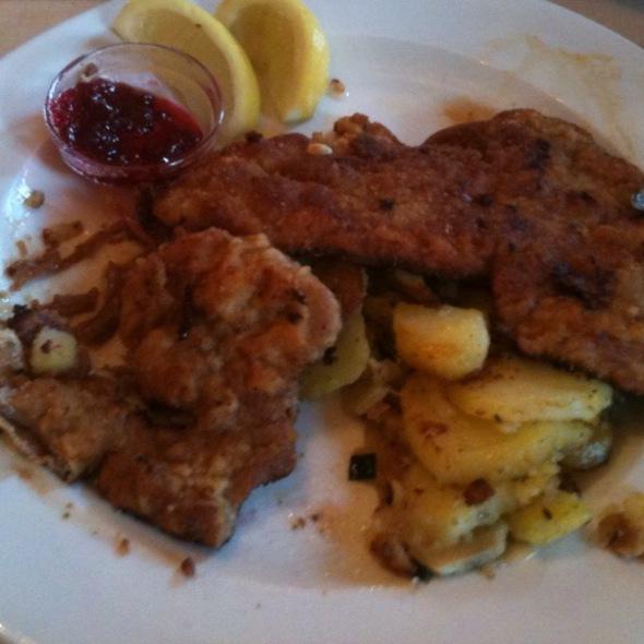 Wiener Schnitzel Vom Kalb Mit Bratkartoffeln @ Gasthof Obermaier