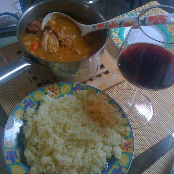 Cocido De  Garbanzos Con Tocino, Chorizo Y Pollo Y Arrocito Blanco @ Opción 6