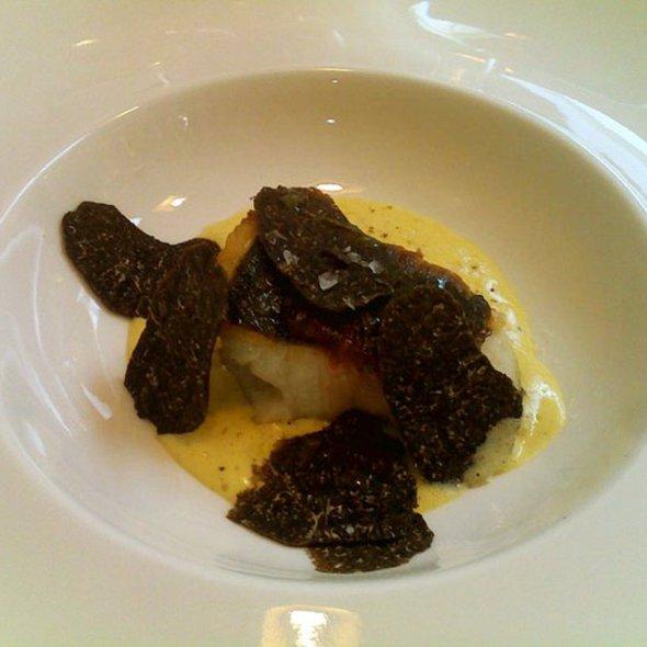 Spigola in porchetta con zuppa di carbonara e tartufo