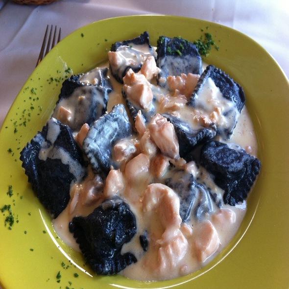 Ravioli Di Nero Con Crema De Salmon @ Il Fiume