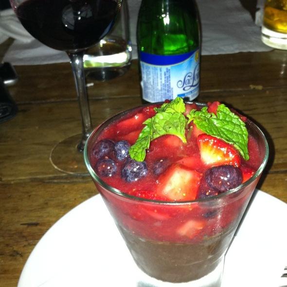 Mousse De Chocolate Com Calda De Frutas Vermelhas @ A Favorita