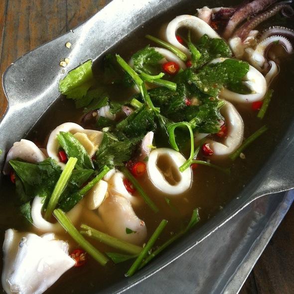ปลาหมึกนึ่งมะนาว @ Bangkok Sea View Restaurant