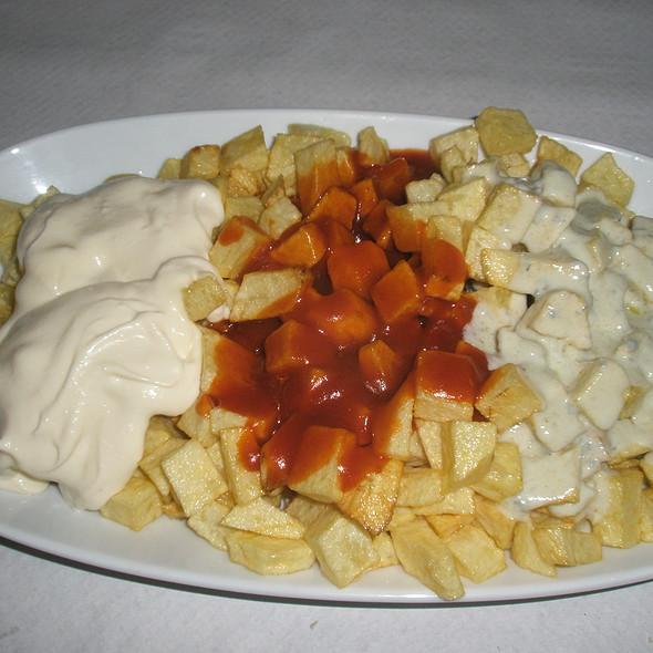 Patatas 3 salsas @ El Mirador de Llavandes