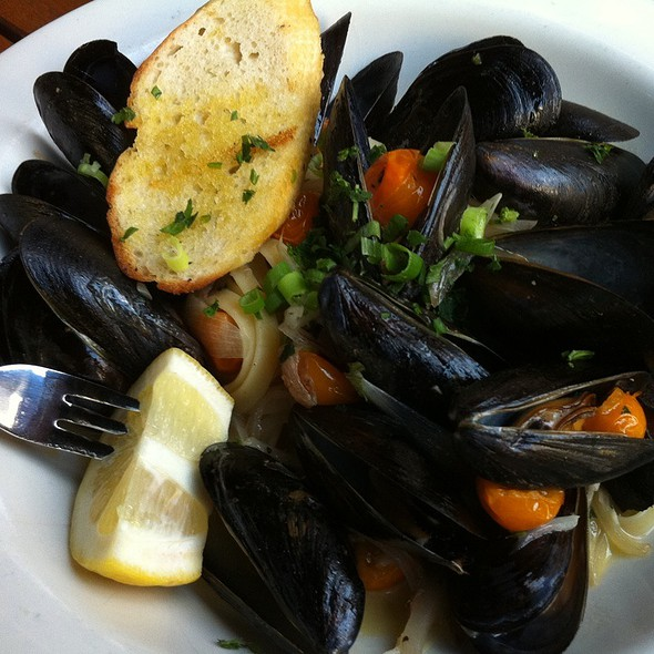 Pei Mussels In Garlic Butter Sauce @ Clyde's of Reston