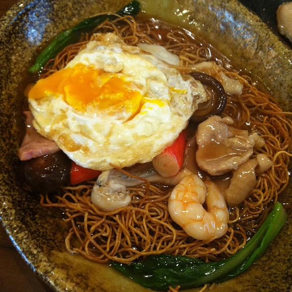 Golden Crispy Noodle With Sliced Fish, Shrimp, Ham & Mushroom