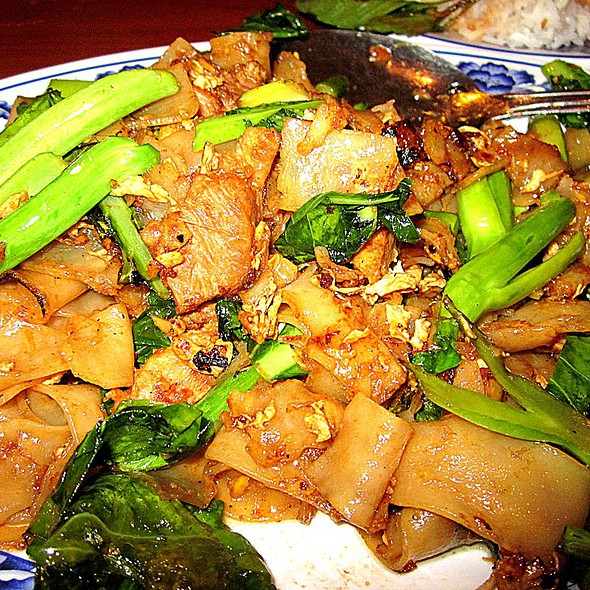 Pad See Eew (chicken) @ Thai Nakorn Restaurant
