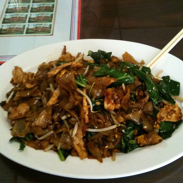Pad Kee Mao w/ Chicken @ Siam Noodle & Rice Restaurant