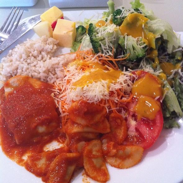 Salada Livre Com Arroz Integral, File De Frango À Parmigianna E Ravioli De Carne @ Alquimia Cuisine