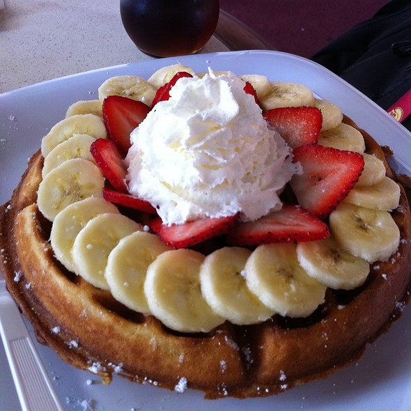 Strawberry Waffle @ Common Groundz