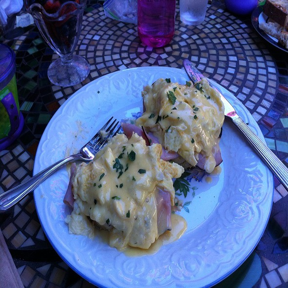 Eggs Benedict @ Sideboard Coffee