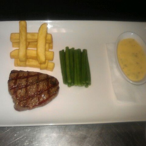 Gegrilde Black Angus Tournedos Met Dikke Frieten En Bearnaise Saus  @ Restaurant Party Centrum Eemland