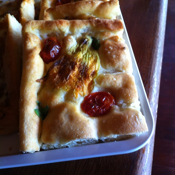 Focaccia Con Fiori Di Zucca Pomodorini E Basilico @ Bagni Germana