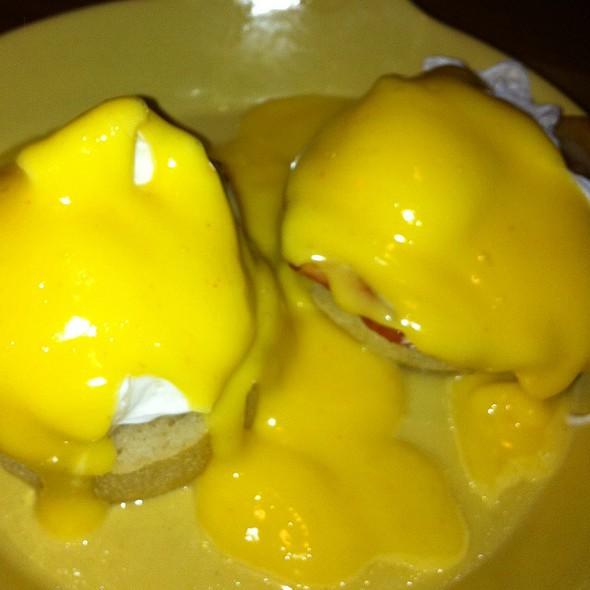 Eggs Benedict @ דיקסי - DIXIE גריל בר