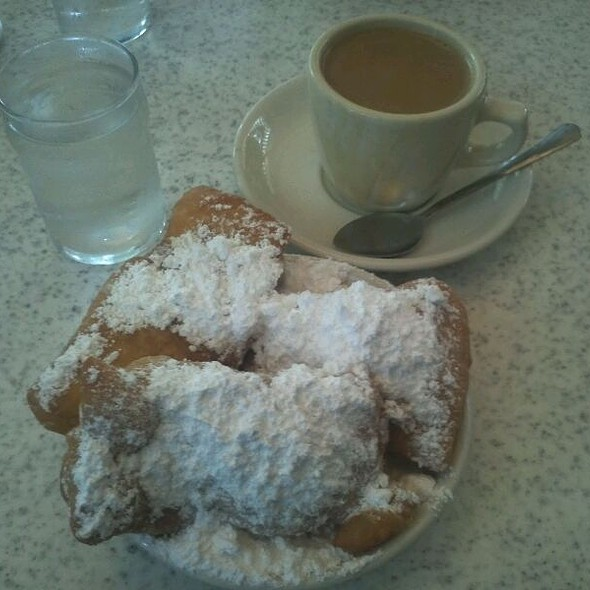 Beignets and Cafe Au Lait @ Cafe Du Monde Coffee Stand: French Market