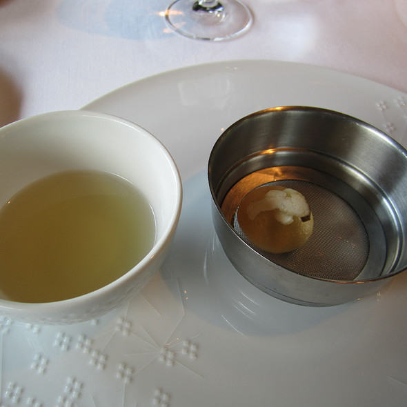mushroom / truffle consomme & brioche @ El Celler de Can Roca
