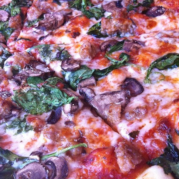 Pizza Con Funghi, Spinaci E Salsiccia @ Nutbelly