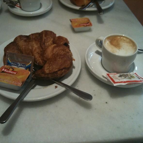 Croissant A La Plancha Y Cafe @ El Suizo