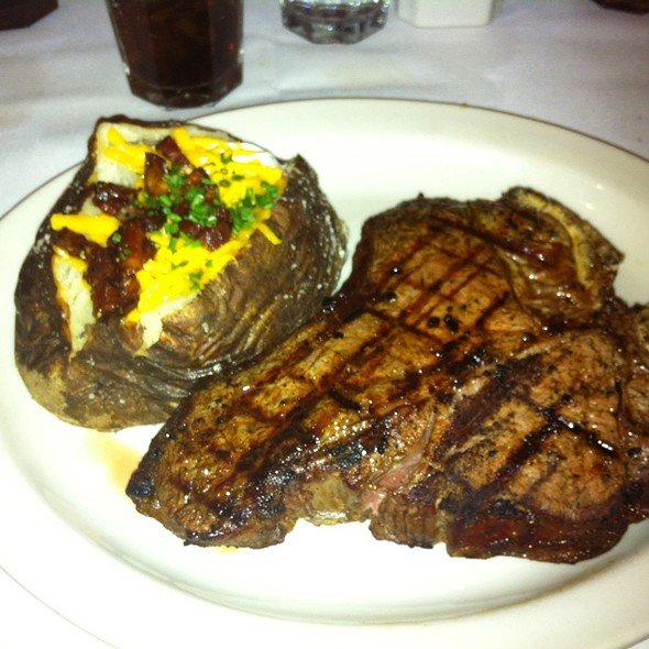28 Oz.Porterhouse @ St Elmo Steak House