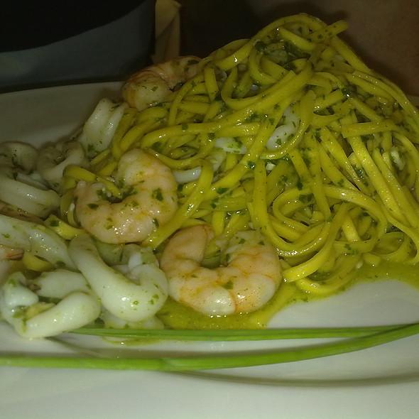 Tagliolini al Pesto, Calamari e Gamberi