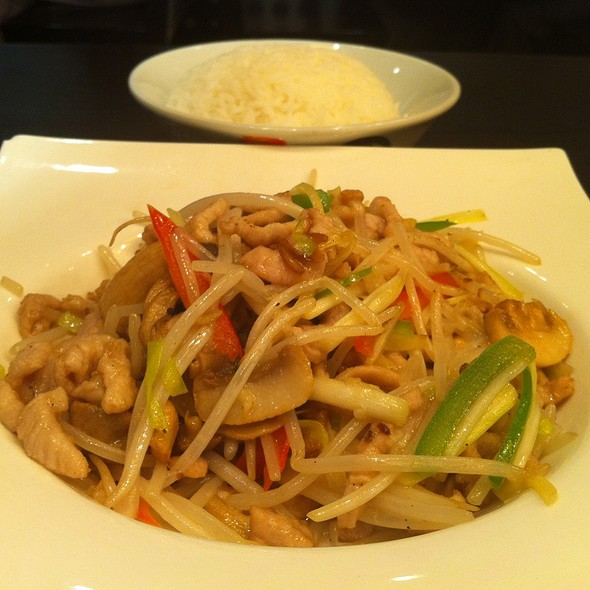 Stir Fried Shredded Pork With Mushroom And Beansprout