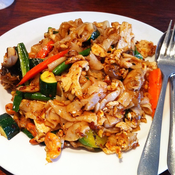Thai Fried Rice Noodle With Cashew Nuts @ The Best Thai