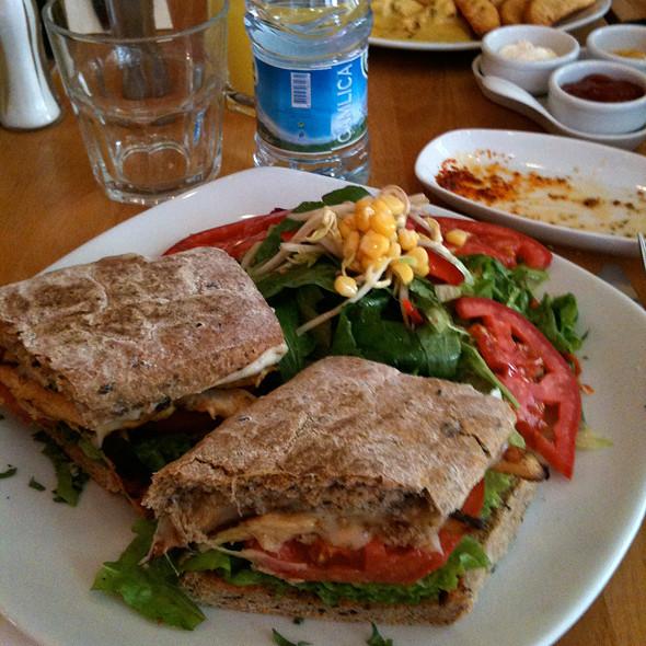 Izgara Tavuklu Sandviç @ İst Cafe Patısserıe Restaurant