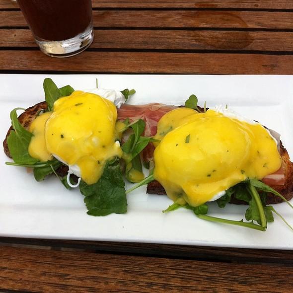 Eggs Benedict @ Avo