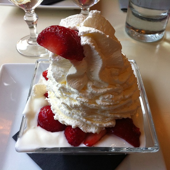 Fromage Blanc With Strawberries @ Le Paradis du Fruit