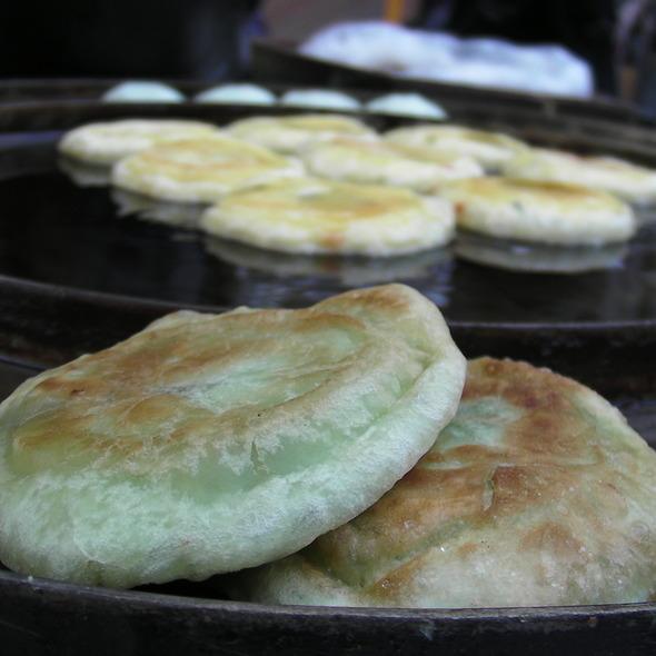 Sweet Korean Pancakes - Ho Dduk - 호떡 @ Street Cart in Myeong Dong, Seoul