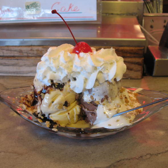 Ice Cream Sundae @ Fair Oaks Pharmacy and Soda: Fountain