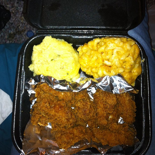 Fried Chicken With Mac And Cheese And Mashed Potatoes @ Victoria's Kitchen