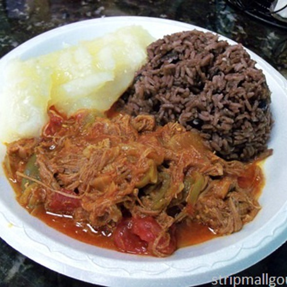 Roja vieja with moros and yuca