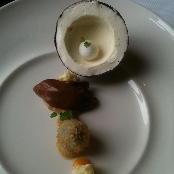 Cocosijs Met Chocoladesorbet Gemarineerde Banaan En Passiefruit @ De Heeren van Harinxma