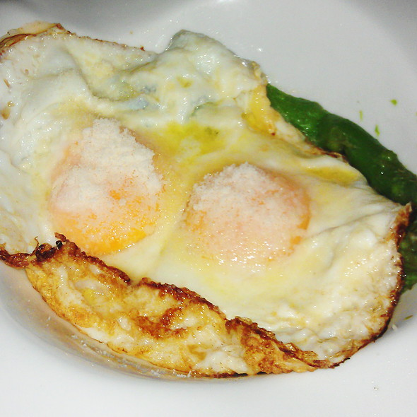 Fried eggs on green asparagus @ Restaurante la Rosa Di Bari