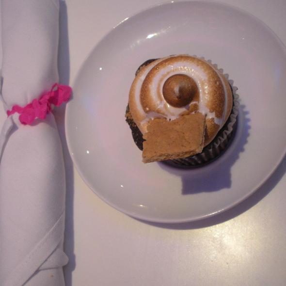 Smore Cupcake @ American Cupcake