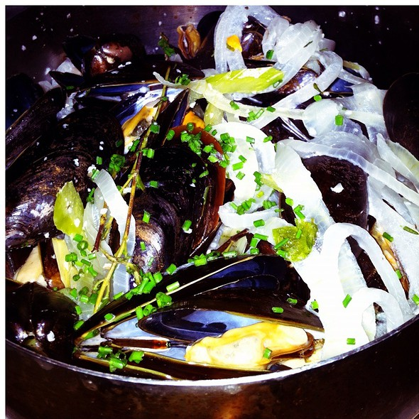 Poulette Mussels (Creamy White Wine & Shallot Sauce) - Mannequin Pis, Olney, MD