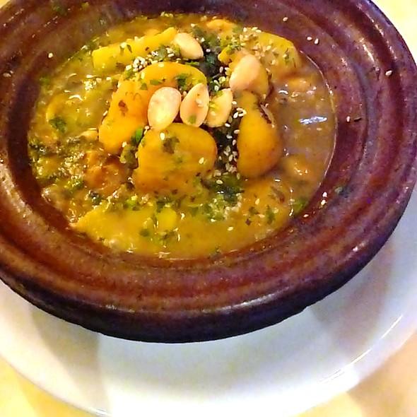 Tagine de poulet aux abricots et amandes - Adam's Café, London