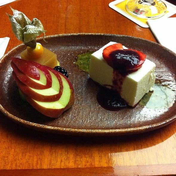 Japanisches Milcheis Mit Früchten Und Aprikosenjelly - Japanisches Restaurant KICHO, Stuttgart, BW