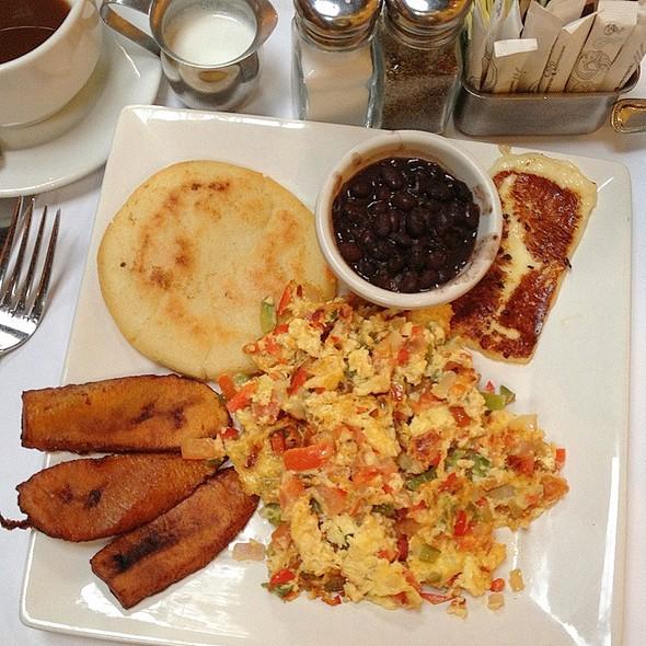Desayuno criollo - Coupa Cafe, Beverly Hills, CA