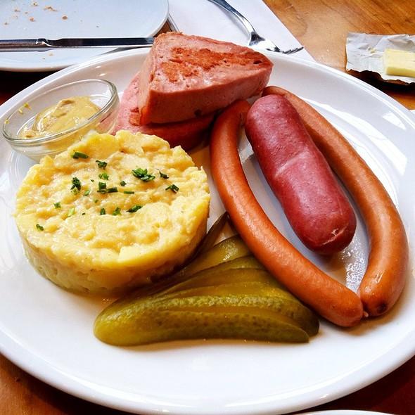 Rindswurst, Frankfurter Würstchen & Leberkäse Mit Kartoffelsalat - Café Hauptwache, Frankfurt am Main, HE