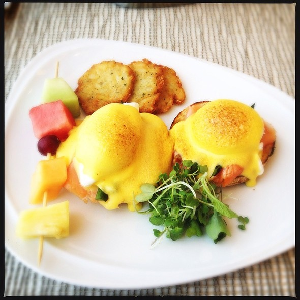 Atlantic Smoked Salmon Benedict - Bijou Resto – Bar at the Montreal Airport Marriott In-Terminal, Montréal, QC