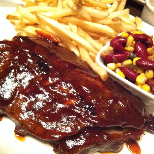 BBQ Ribs With French Fries - Houston Avenue Bar & Grill - Square Victoria, Montréal, QC