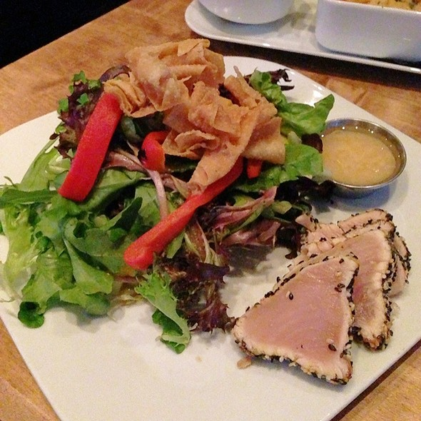 Seared Tuna Salad - Hub Restaurant and Lounge, Vancouver, BC