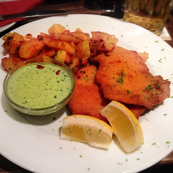 """Schnitzel """"Wiener Art"""" mit Grüner Sauce, Bratkartoffeln  - Leib und Seele, Frankfurt am Main, HE"""