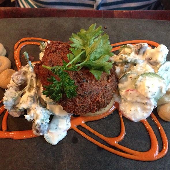 """Crabe """"Cake"""" Façon Falafel, Baba Ghanouj, Salade Tzatziki Et Poivrons Rouges Grillés - Le Local, Montreal, QC"""
