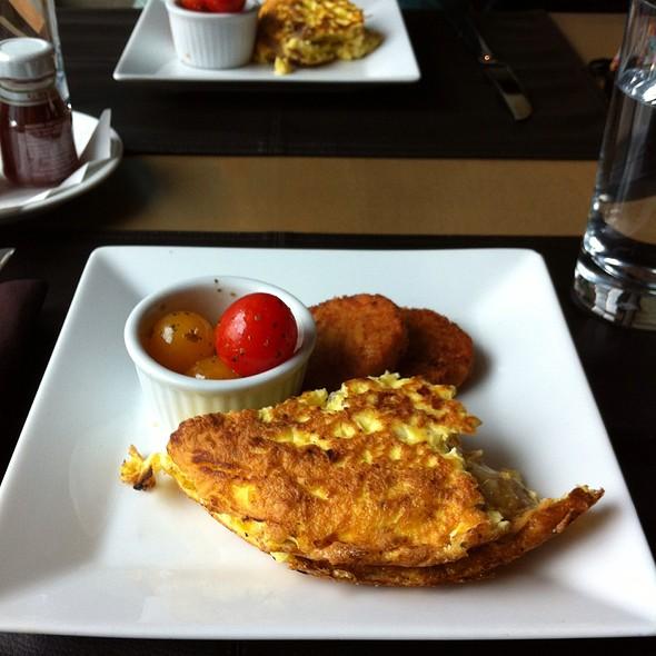 Duck Confit Omelette - Gazette Restaurant Montreal, Montréal, QC