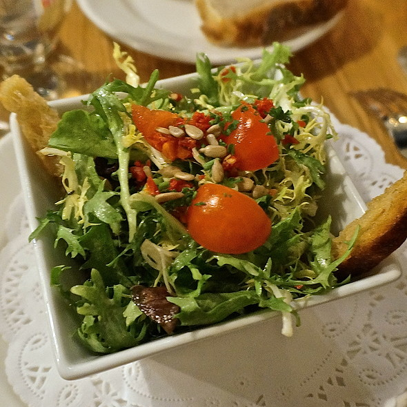 Salade verte (mixed greens, garlic croutons, roasted sunflower seeds, tomatoes) - Chez Moi, Chicago, IL