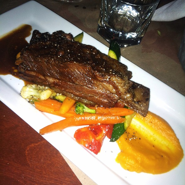 Braised Short Ribs, Sweet Potato Purée, Seasonal Vegetables - Mechant Boeuf Bar & Brasserie, Montréal, QC